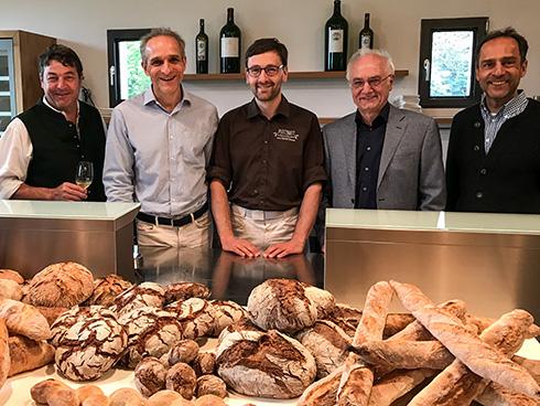 Der Anderlbauer, Michael Unger, Helmut Dönnhoff und Wulf Unger (v.l.n.r.) gemeinsam mit mir vor einem Teil der Brotausbeute, die meine Teilnehmer gebacken haben.