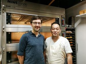 Der Bäcker und ich vor dem Miwe-Ofen.