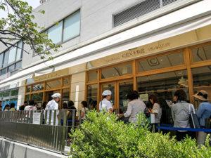 Schlangen vor der Bäckerei. Auf das nächste Brot musste man hier eine Stunde lang warten. Brot in Trend. Und niemanden stört es, dafür zu warten.