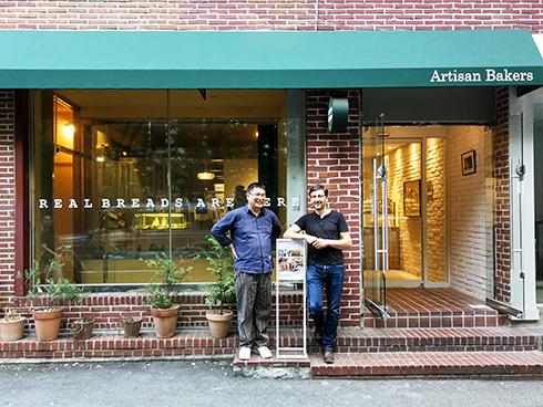 Herr Mo und ich vor seiner ersten Bäckerei. Direkt daneben...