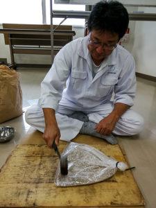 Da kein grobes Roggenschrot vorhanden war, hat der Mitarbeiter des Müllereiunternehmens sich ein Herz gefasst und 5 kg Schrot von Hand hergestellt... (die Mühle war leider am anderen Ende der Stadt, sonst hätte man es maschinell lösen können)
