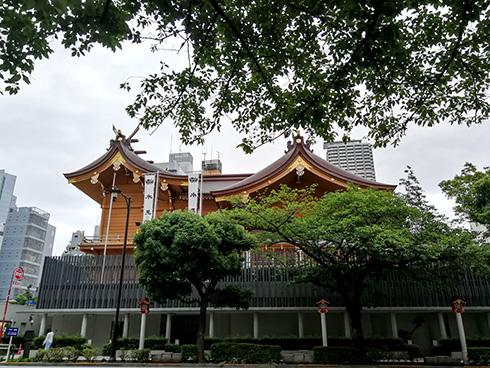 Ein kürzlich erdbebensicher sanierter buddhistischer Tempel in Tokio
