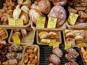 Auslage der Bäckerei Zopf früh am Morgen