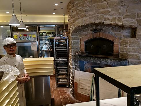Eine zufällig gefundene Bäckerei, kombiniert mit einem Weinhandel. Der Ofen wird mit Gas beheizt.