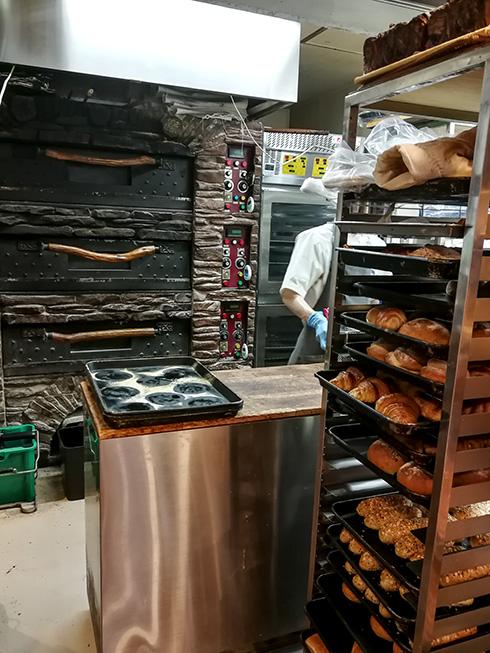 Andere Bäckerei, ähnliches Konzept. Gebacken wird ganz oft vor den Augen der Kunden.