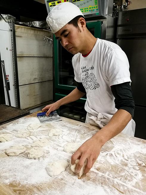 Bäcker Hidaka in Iwami Ginzan, der gemeinsam mit seiner Frau wohl die einzige Bäckerei und Konditorei Japans mit zwei deutschen Meisterbriefen betreibt