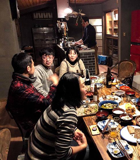 Geselliges Abendessen unter Freunden
