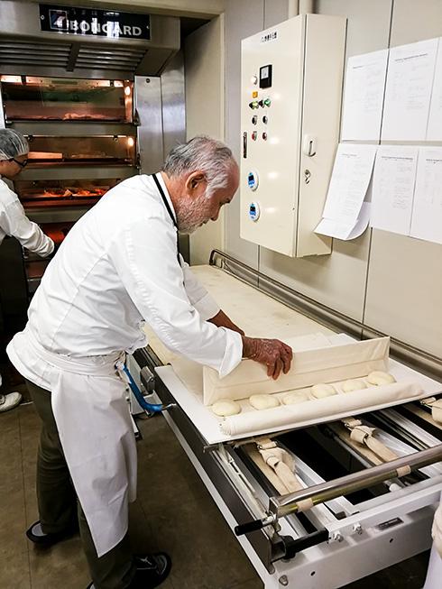 Chef des Hauses, Herr Akashi, beim Backen von Handsemmeln