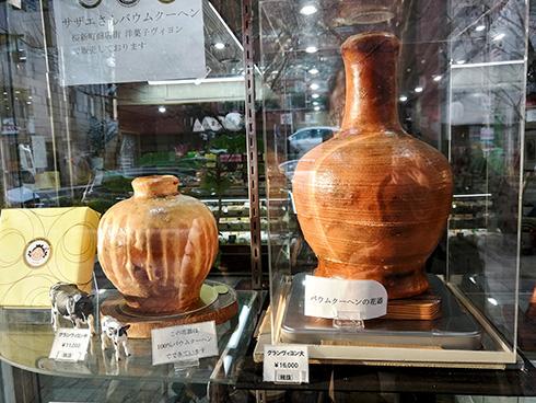 Und er hat diese Kunst perfektioniert. Selbst Vasen stellt er aus Baumkuchen her.