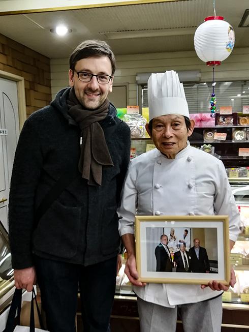 Zu Gast bei einer Baumkuchenkonditorei, deren Bäcker seit 1965 Baumkuchen bäckt. Diese Kunst hat er damals in Hamburg gelernt.