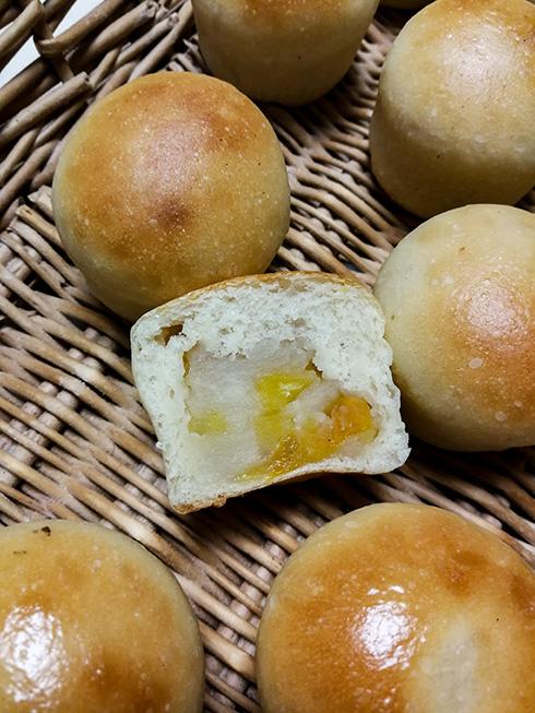 Fertige Anpans mit weißer Bohnenpaste und in Sirup gekochten Kastanien