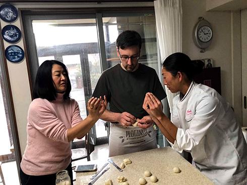 Backkurs bei Frau Okamoto (rechts), die mir gerade zeigt, wie Anpans gefüllt werden.